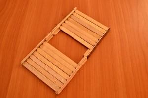 Игрушечный мостик своими руками - приклеиваем палочки к уголкам