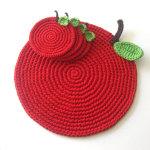 Вязаная подставка яблоко под горячее, выполненная крючком своими руками
