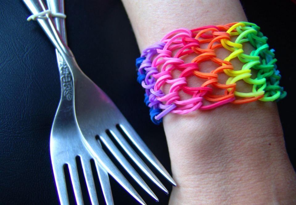 Плетем браслет «Ячейки» на двух вилках