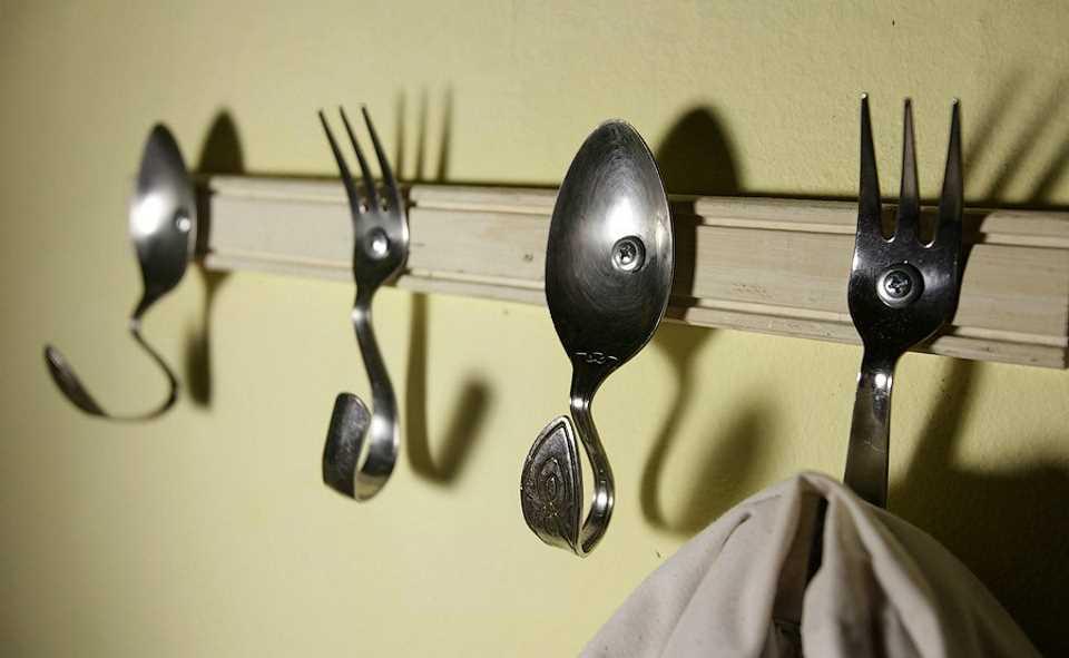 Вешалка для кухни своими руками из столовых приборов и шурупов